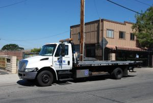 Read more about the article Flatbed Tow Trucks: Why And When Should You Use Them